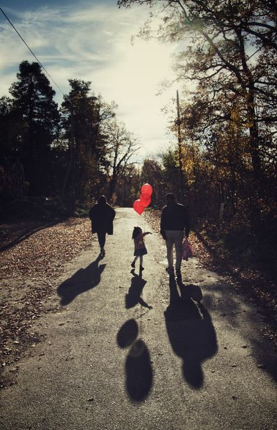 Niklas Storm Okt 2018 Balloon Girl Preschooler Family Tree Child Childhood Full Length Shadow Boys Togetherness Girls Sunlight Playing Long Shadow - Shadow Focus On Shadow Two Parents Father Young Family Family With One Child Parent A New Beginning