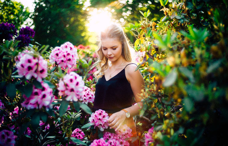 35mm Bremen LEICA M Nature VSCO Beautiful Woman Beauty Blond Hair Flower Flower Head Flowering Plant Hair Hairstyle Landscape Lifestyles Long Hair Nature Outdoors Plant Smiling Sunset Voigtländer Women Young Women This Is My Skin The Portraitist - 2018 EyeEm Awards