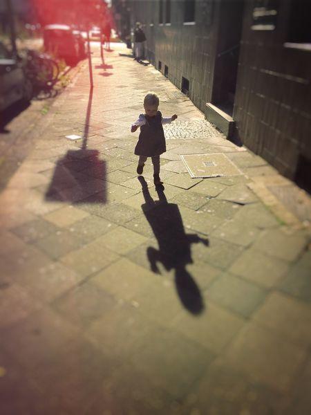 Child Childhood Childhood Memories City Gehweg Kind Kindheit Kinheit Schatten Shadow Sonne Sonnenstrahlen Stadt Straße Street Sun Sunlight