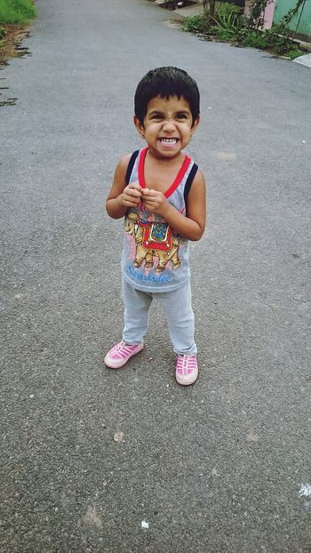 RePicture Growth Kiddo Naughty Girl .... My little sister ... The naughty kiddo 😝 on road posing ... Mobiography AmmuzClikzzz