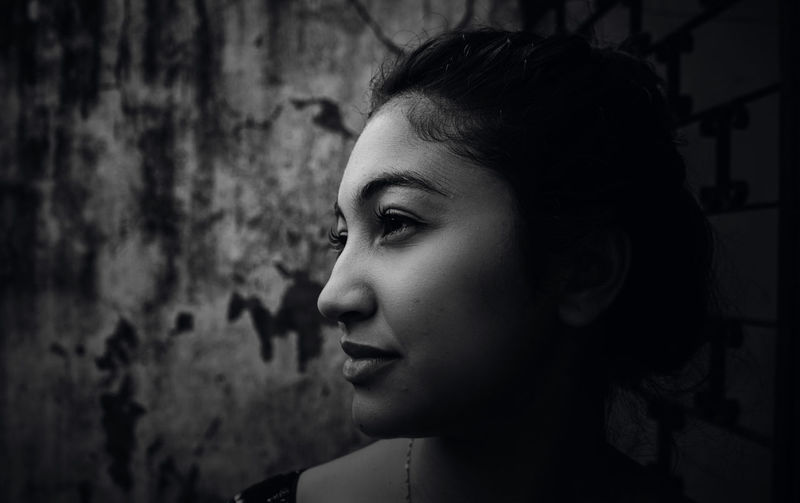 Week On Eyeem The Week on EyeEm WeekOnEyeEm Dark Darkness Portrait Of A Woman Beautiful Woman Black And White Close-up Day Focus On Foreground Headshot Indoors  Noir One Person People Portrait Real People Young Adult Young Women