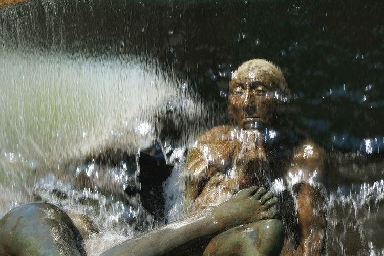 Skulpturenbrunnen am Wittenbergplatz in Berlin Berlin Berliner Ansichten Berlin Photography Sculpture Brunnen Skulpturen Brunnen Brunnenfigur Water Close-up Statue Human Representation Golden Color