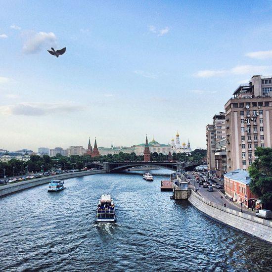 Bolshoy kamenny bridge over moskva river against sky