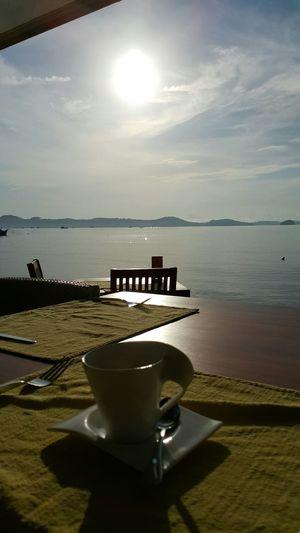 ฟินนะ จิบกาแฟ มองพระอาทิตย์ ฟังเสียงคลื่น