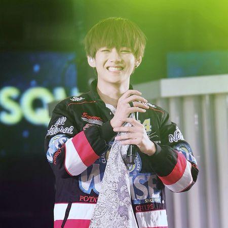 Chỉ có 2 từ hiện lên trong đầu lúc này : ĐÁNG YÊU 😍😍😍 Con nhà ai mà dễ thương quá vậy trờiiiii 😭😭 Cười lên 1 cái là k biết trời đất là đâu luôn , mắt cứ híp tịt lại ý aaaaa 😖😖😖 Đáng yêu chết người luôn ýyyyy 😱😱😱 EM YÊU ANH , KIM TAEHYUNG ❤❤❤💋💋💋 Vee V Taehyung Kimtaehyung vờ bts bangtanboys bangtansonyeondang cute supercute smile sunshine saranghaekimtaehyung iloveyoukimtaehyung