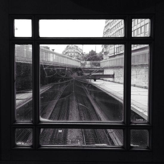 Street Photography Apprendre a regarder peut se faire simplement a travers n'importe quelle fenêtre. C'est ce qu'il y a derrière qui crée l'étonnement. Le cadre n'est qu'une contrainte physique dont il faut savoir S'affranchir. Public Transportation Rsa_bnw bnw_captures