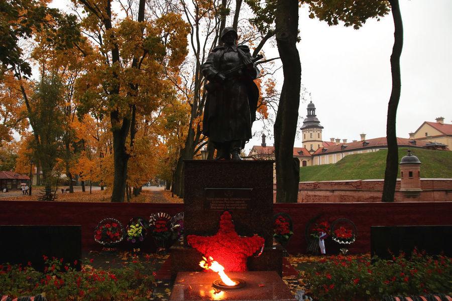Autumn Autumn Colors Belarus Memorial Soviet Era Soviet Union War Memorial Nesvizh Castle Soviet Architecture