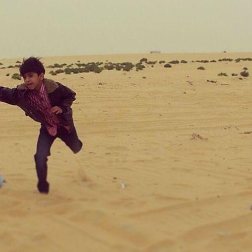 ابوالسيد يرتع ويلعب بالجو البهيج ببر المطار