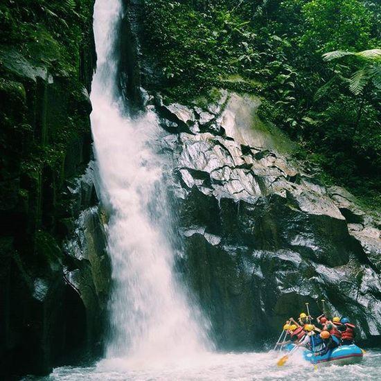 Cerita rafting kemaren... ditengah perjalanan jumpa ama sicantik air terjun.. tpi gak bisa nyeburin diri ke air. Krna arusnya lumayan menggemaskan. Dengan kedalamannya kurang tw dalamnya.... sumpah ini keren. Subhanallah 😊😚 MyTripMyAdventure Mtma Jalanjalan Jejakpetualang Telapaksumut Medanwisata Fotografimedan Telapak_sumut Indotravellers Mountains Id_pendaki Wanitagunung Sumaterautara Ikrhtraveller