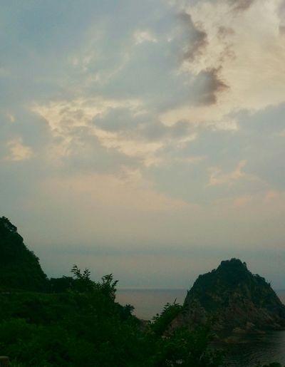 夕陽の観える絶景ポイントに行ったけど、雲に邪魔されて、まーったくだった。。明日は雨だからなぁ…。職場の同僚と想い出づくりへ。。このあと、 蛍がたーっくさん観えるとこへ!新開拓!!早い時間だったけど、もぅチラホラ☆ちょいと独りで行くには怖い場所。。でも、今年はここで蛍をたーっくさん観ることにしよっ。 Taking Photos EyeEm Gallery EyeEm Nature Lover 自然 Enjoying Life Sky And Clouds 蛍