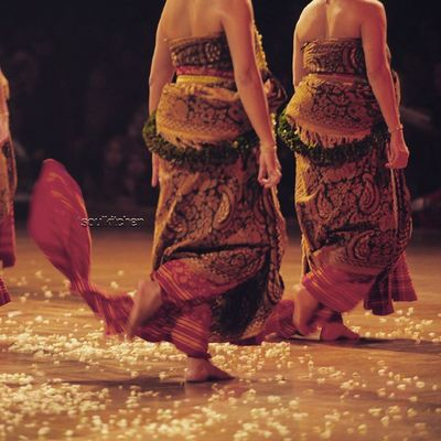 WHERE THE FLOWERS CAME OUT FROM Oyikk Worlddanceday Solovely Instadaily indonesia dance dancers javanese