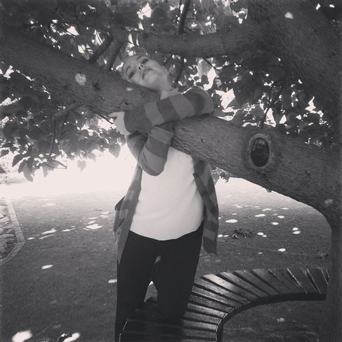 Обнимашки с деревом в чб тну
