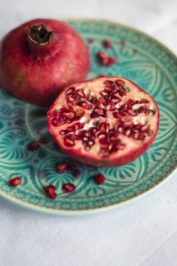 Granatapfel auf Teller #granatapfel Close-up Food Fooddesign Foodphotography Freshness Fruit Healthy Eating Oriental Plate Plates Pomegranate Red Lips Season  Table Turquoise