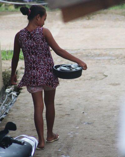 Isda mo diha! Women Around The World Selling Fish Young Adult