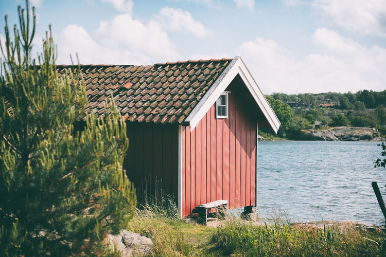 Bohuslän Architecture Built Structure Sky Building Exterior Nature Boathouse Outdoors No People Day Water Sea Sjöbod Havet Bohuslän Sotenäs Kungshamn Sverige Sweden Taking Photos Red Roof Fujifilm X-pro2 EyeEm Best Shots Cloud - Sky Beauty In Nature Fujifilm Fujilove Roof Tile Takpanna Tegelpannor Walking Around Promenad Västkusten Eyeem Sweden EyeEm Gallery Bench Bank Fujinon