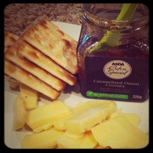 Oak smoked cheddar & caramelised red onion chutney with crackers #yummy