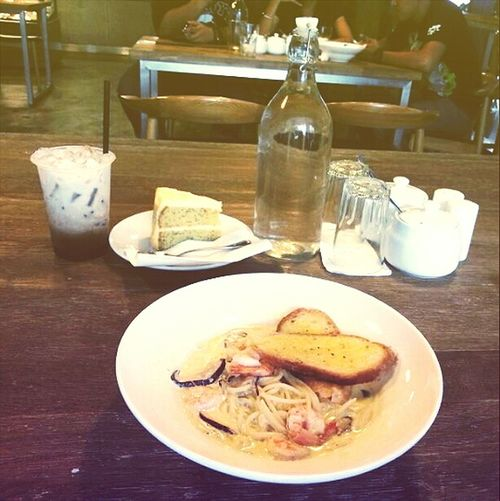 Brunch Of The Day Eating Spaghetti Wooden Interior Food Hunter