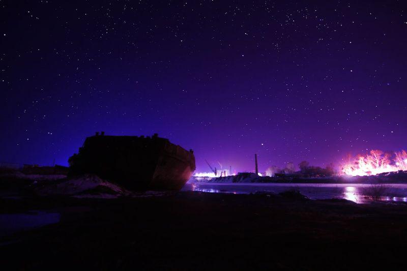 Ночное небо над заброшенной баржей Night Star - Space Space Sky Water Scenics - Nature Astronomy Illuminated Nature Tranquil Scene Beauty In Nature Tranquility Galaxy Sea Dark Star No People Star Field Land Outdoors
