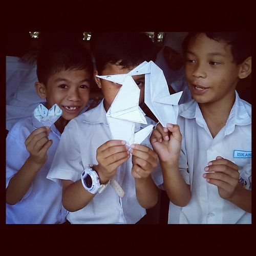 Sibuk duk tunjuk origami dia. Sampai xnampak muka Kids School Happiness SBE