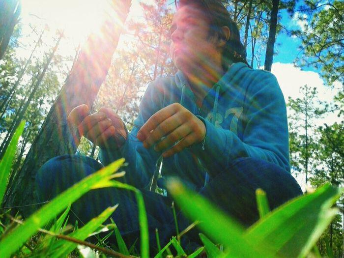 En El Campo Mirando El Paisaje... Happy :)