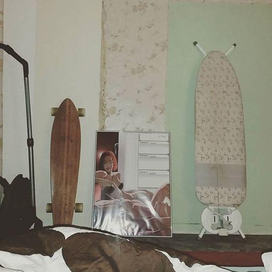 Schlafzimmerrenovierung ist wieder wie Leben in der Studentenbutze und wenn dann noch solche hübschen Erinnerungen an die Eltern hervor kommen, ein ganz besonderes Highlight 😅 Renovierung Schlafzimmer Longboard Juckerhawaii bügelbrett retro tapete eltern student leben
