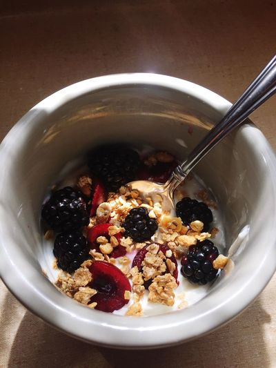 Fresh cherry and blackberry Chobani vanilla yogurt with a tablespoon of Quaker granola. Good morning! Breakfast Healthy Eating Bowl Fruit Food And Drink Food Freshness Oats - Food Granola Blackberry Cherries