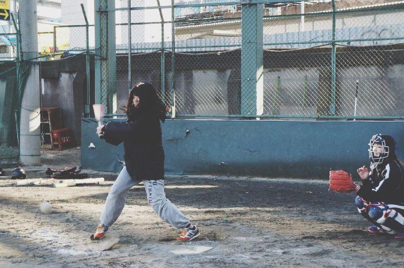 ボールかすってポテンする直前。下手すぎるけど、ソフトだいすきガール。実は。 Softball Npu