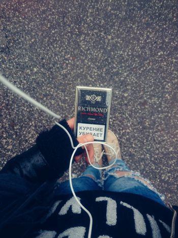 Дождь сигареты гроза ноги джинсы рваныеджинсы наушники  асфальт каплидождя