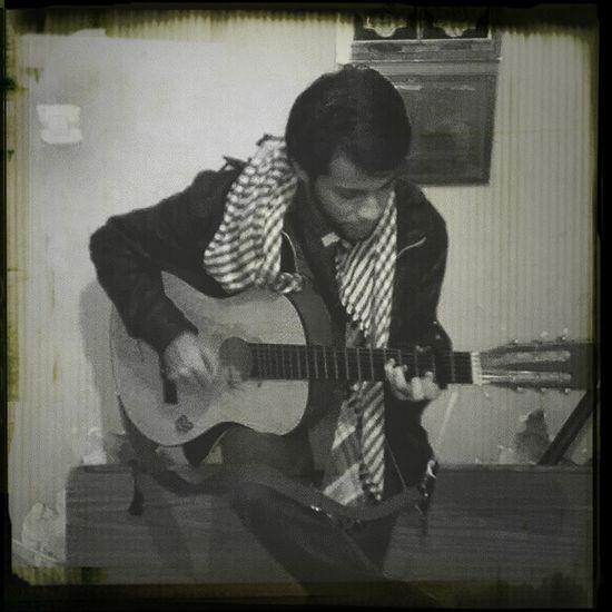 A7eum !! sois disons guitariste! B) Relaxing Enjoying Life Hanging Out Guitar