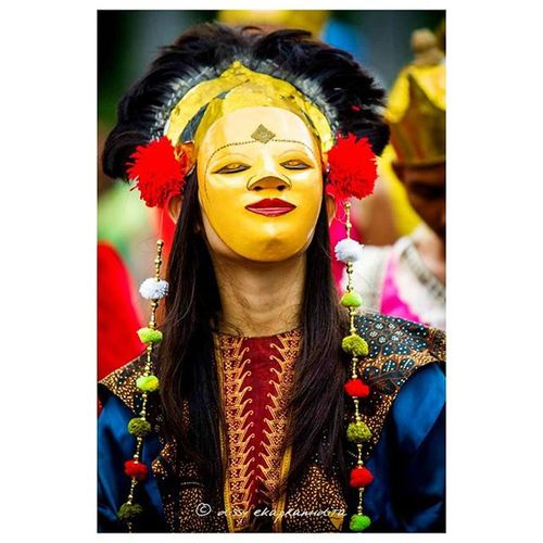 Covered by wooden mask Mask Woodenmask INDONESIA Topeng Traditionalart 1000kata Natgeotravel Nationalgeographic Asiangeographic Natgeoindonesia Instalike Instagram Instagood Instadaily