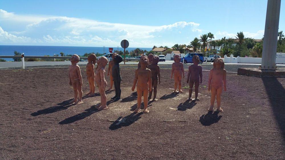 Skulptur Fuerteventura Morro Jable Laut der Künstlerin wollen die Kinder in Ihre Zukunft sehen, Future 2016- November