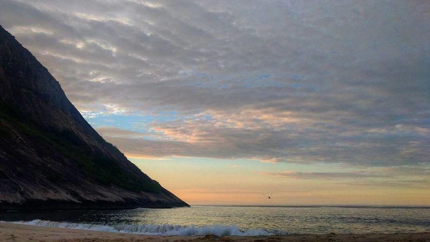 Nascer do sol para um novo ano Newyearseve Anonovo Sunrise Itacoatiara Itacoatiaradise Niterói Beach Sea Landscape Travel Destinations Water Cloud - Sky