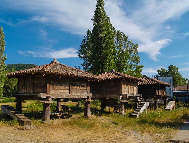 Hórreos en la Montaña de León. Castilla y León. España. Fotocallejera Arquitecture España Arquitecture Arquitectura LeonEsp  Landscape Paisajes Pueblos