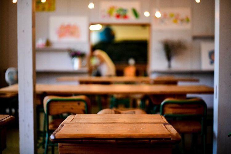 今になって、学校の机はよく出来たものだなぁと、よく思う。 Desk Indoors  Focus On Foreground Selective Focus Seat Chair Table Kitchen Wood - Material Domestic Kitchen Restaurant Food And Drink