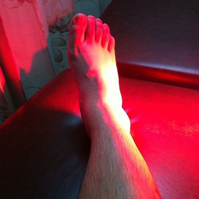 """Infraredlighttherapy on my Sprainedankle . Was """"lucky"""" to get it while playing Tennis and a few days later while walking up the stairs. Iamalexchan whatluck pain"""