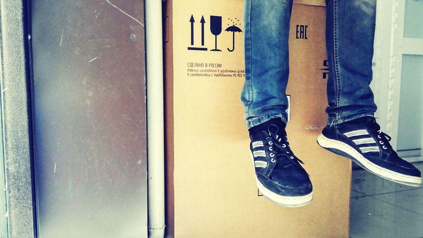 На работе ноги обувь кеды ожидание на работе Relaxing