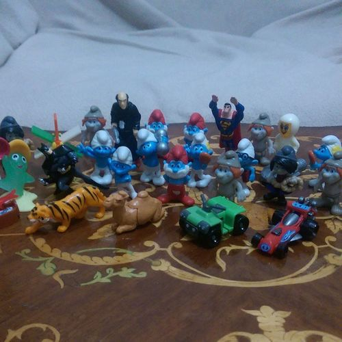 Parti veriyorlar :p Sirinler Batman Superman HERO gargamel toy joy fun kinder suprise istanbul