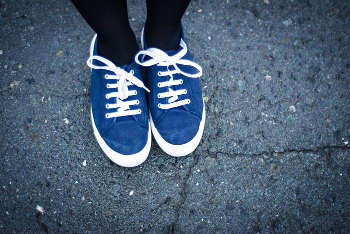Пешком кеды асфальт кроссовки шнурки фотограф фото фотоног