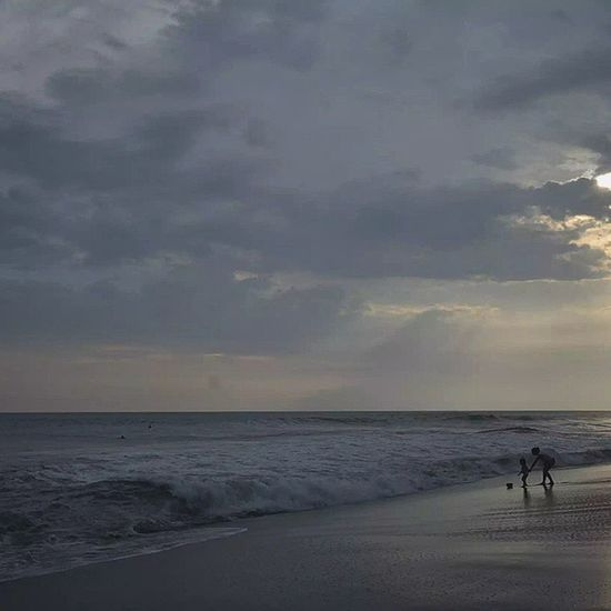 Atardece... Whpmonochromatic Descubriendoigers Playahermosa Costaricagram Costarica silueta Beautiful beachday beachlife silhouette landscape playa Lost In The Landscape