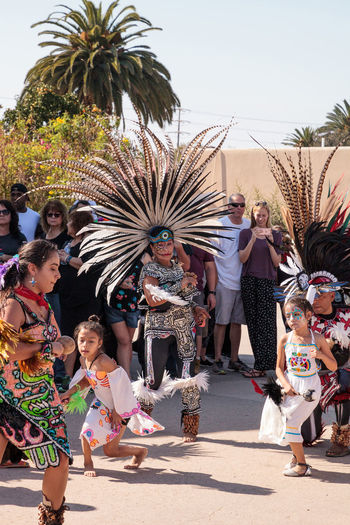 San Diego, CA, USA – November 28, 2017: Aztec dancers celebrate Dia de los Muertos Day of the Dead in Mission Valley and Old Town in San Diego, California Aztec Dancers Celebration Day Of The Dead Dia De Los Muertos Man Mexico Performer  Tradition Traditional Culture Traditional Clothing Art Aztec Celebrate Ceremony Cultures Dancer Feather  Feather Headdress Festival Headdress Performance Traditional Women