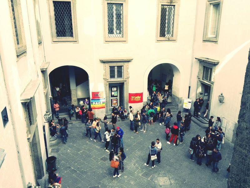 Napoli ❤ Dipartimento Di Scienze Sociali Di Lunedì Mattina Eye4photography  studenti in cortile per pausa e saluti, studenti che seguono le lezioni e studenti che studiano. Studentesse che li fotografano