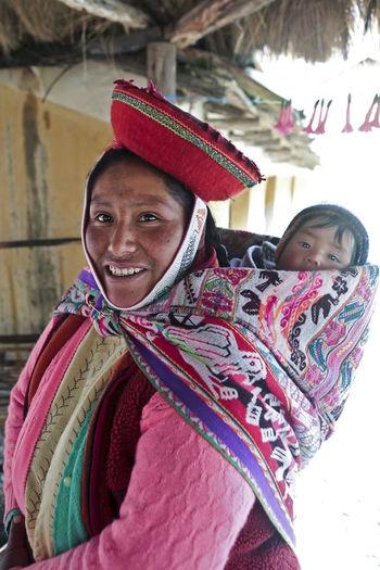 Peru Peruvian Women Mother And Child Peruvian Peruvian Costume Peruvian Culture Peruvian Mother And Child Peruvian Weaver Peruvian Woman Peruvian Woman With Child Quechua Quechua Woman South America Weavers Woman With Child