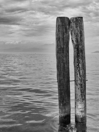 Comunione d'anime e di corpi Black & White Black And White Blackandwhite Calm Eye4black&white  Eye4photography  EyeEm Gallery EyeEmBestPics Horizon Over Water Lake Overcast Pole Tranquil Scene Water Wood - Material Wooden Wooden Post Altro, Oltre Mllml Playing With Thoughts Two Is Better Than One