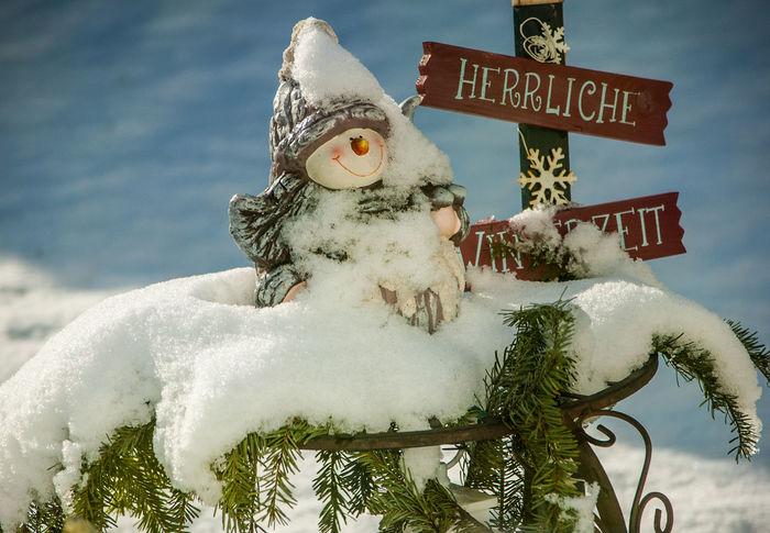 Herrliche Winterzeit! Stimmungsbild Hofi Schnee Close-up Cold Temperature Communication Freude Jahreszeiten Nature No People Outdoors Sculpture Snow Snowman Statue Winter