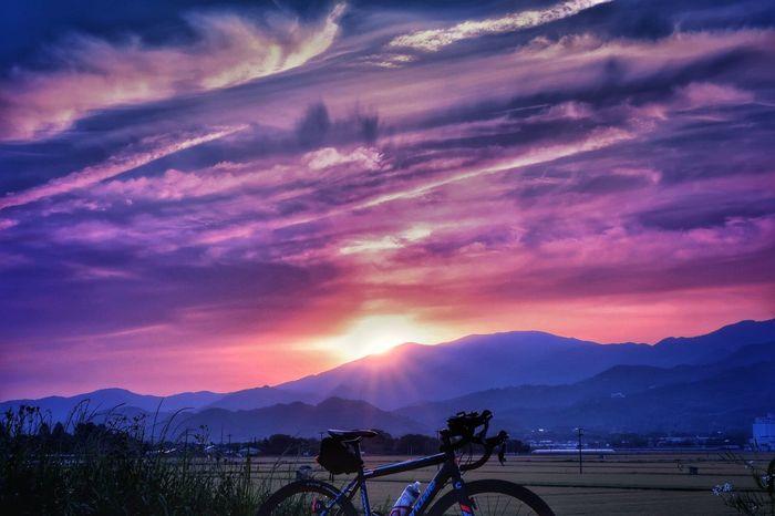 夕焼け空 いま空 夕焼け 空 自転車 ロードバイク サイクリング 雲 Sunset Sky Bicycle Cyclists Cycling Mountain Cloud - Sky Mountain Range Dramatic Sky Tree Forest Nature Beauty In Nature EyeEm Nature Lover EyeEm Best Shots 写真好き Blue Sky