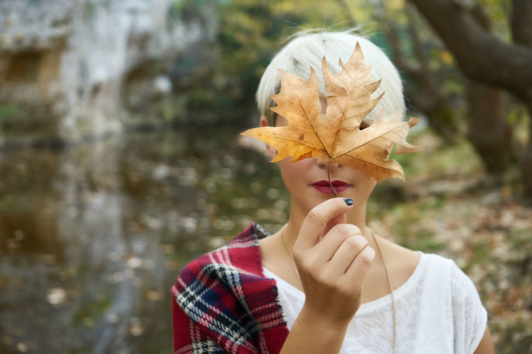 Autumn Beauty EyeEm Gallery EyeEm Nature Lover EyeEmNewHere Headshot Holding Leaf Leaves Lifestyles Lips Nature Portrait Standing Young Women