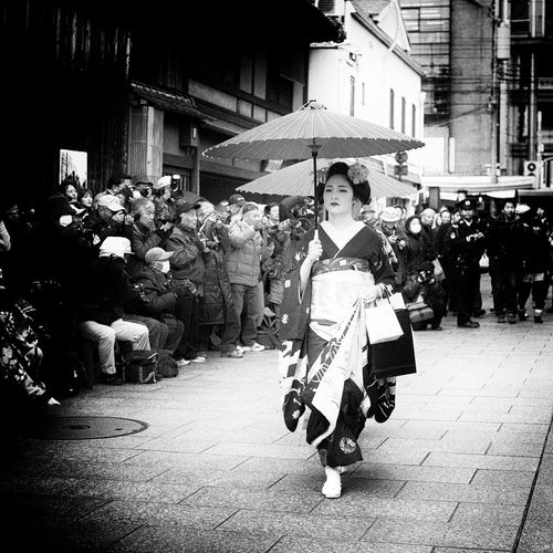 Maikosan Casual Clothing City Life Full Length Geiko Holding Kyoto Leisure Activity Lifestyles Maiko Men Occupation Protection Real People Rear View Samurai Standing Togetherness Umbrella Urban Walking Women