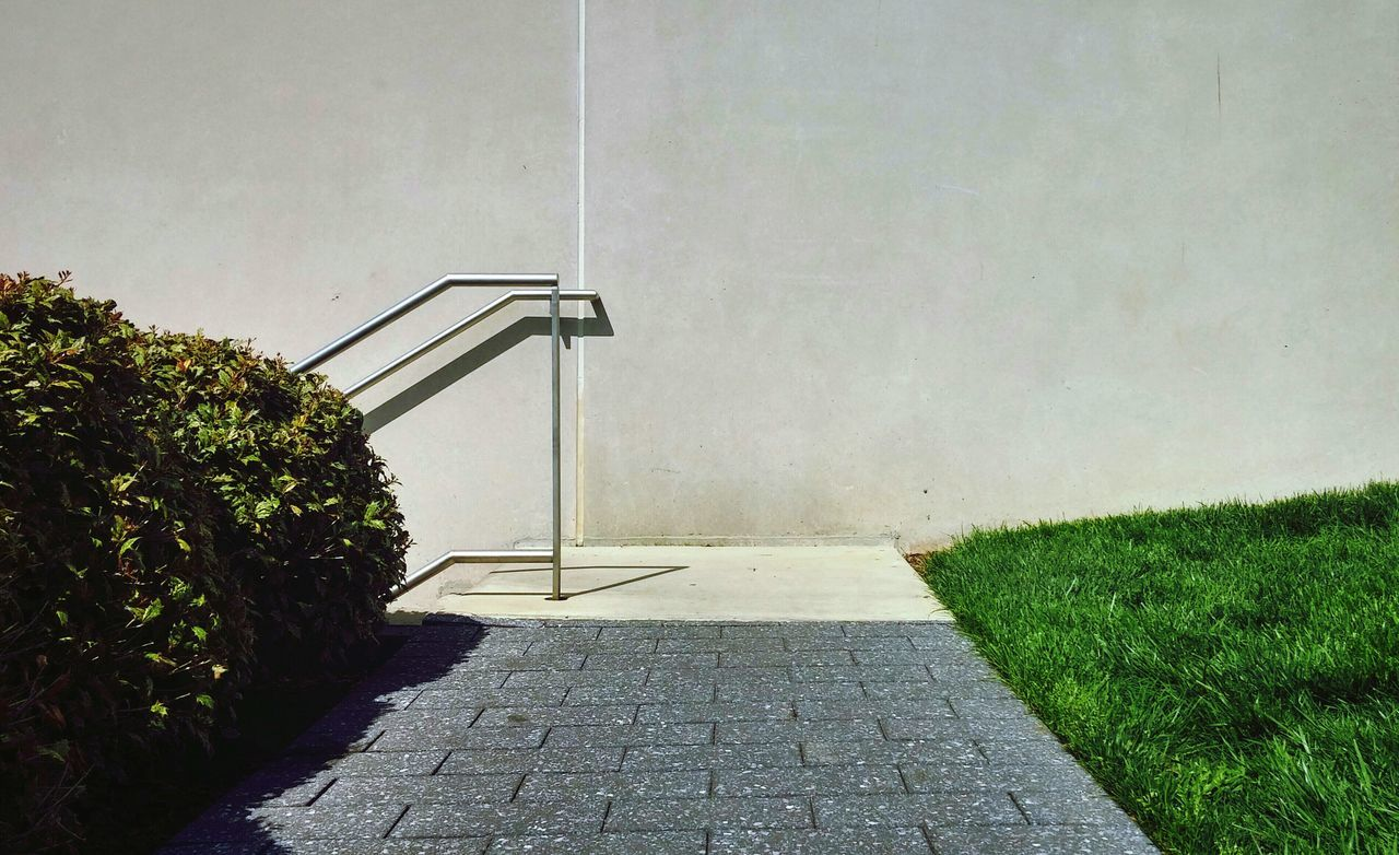Narrow pathway against the wall