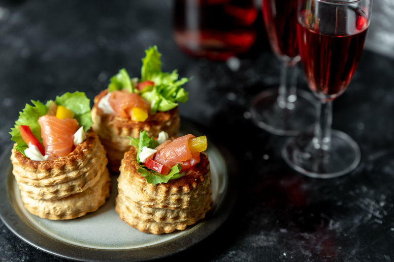 French cuisine, patties with salmon and red wine Rustic Sandwiches Healthy Eating Diet Essen Gesundheit Healthy Lifestyle Healthy Food Seasonal French Food French Pie Wine Red Wine French Cuisine Mittagessen Lecker Salmon Dish