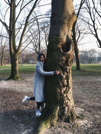 Frau Umarmt Baum